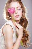 Muchacha sensual del adolescente con la flor Imágenes de archivo libres de regalías