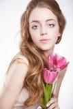 Muchacha sensual del adolescente con la flor del tulipán Imagenes de archivo