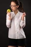 Muchacha sensual del adolescente que mira una manzana Fotografía de archivo