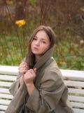 Muchacha sensual en otoño imagenes de archivo