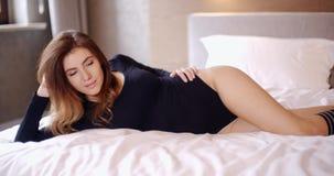 Muchacha sensual que se relaja en su dormitorio almacen de video