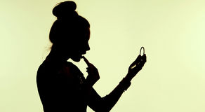 Muchacha sensual que usa el lápiz labial Imagen de archivo