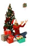 Muchacha sentada por el árbol de navidad imágenes de archivo libres de regalías