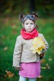 Muchacha seria del niño en el parque Fotos de archivo