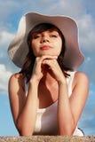 Muchacha seria en el sombrero blanco Imagen de archivo libre de regalías