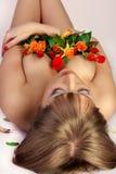 Muchacha sexual con un ramo de rosas Fotos de archivo