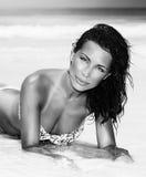 Muchacha sexual que se acuesta en la playa Foto de archivo