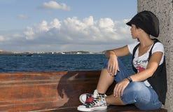 Muchacha sin hogar joven que mira el horizont Fotografía de archivo libre de regalías