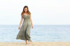 Muchacha sincera del soñador que camina en la arena de la playa Imágenes de archivo libres de regalías