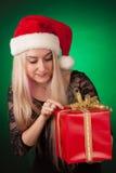 Muchacha snooping en su regalo del xmax Foto de archivo