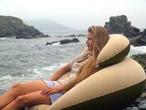 Muchacha soñadora en la playa   Foto de archivo
