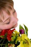 Muchacha soñadora joven del adolescente con las flores Fotos de archivo