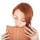 Muchacha soñadora que sostiene un libro Imagen de archivo