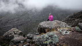 Muchacha sobre el acantilado en montañas, concepto de la libertad foto de archivo libre de regalías