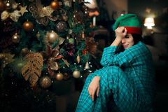 Muchacha sola del trastorno triste que llora al lado de su árbol de navidad fotografía de archivo
