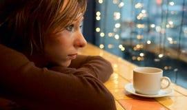 Muchacha sola en café Imagen de archivo