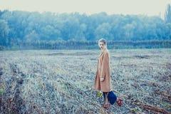 Muchacha sola en un paseo Imagenes de archivo