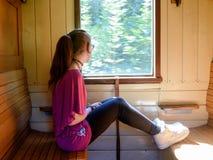 Muchacha sola en un tren viejo imagenes de archivo