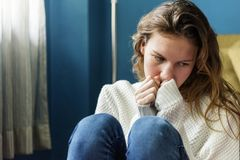 Muchacha sola joven que siente triste Foto de archivo libre de regalías