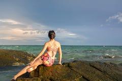 Muchacha sola que mira el horizonte Foto de archivo libre de regalías