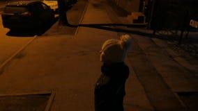 Muchacha sola que se coloca en una calle 4k UHD almacen de video