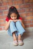 Muchacha sola trastornada que se sienta sola Fotos de archivo libres de regalías