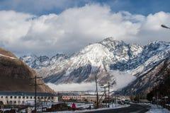 Muchacha sola y las montañas de la nieve Fotografía de archivo libre de regalías
