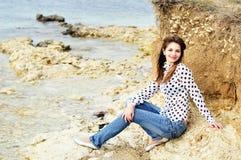Muchacha sonriente adolescente en la costa de mar Imagen de archivo libre de regalías