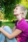 Muchacha sonriente al aire libre en el parque Imágenes de archivo libres de regalías