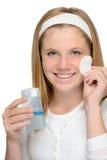 Muchacha sonriente alegre que quita el maquillaje fa de la limpieza Imagen de archivo