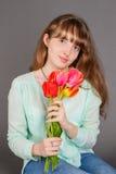 Muchacha sonriente atractiva fotografía de archivo libre de regalías