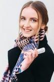 Muchacha sonriente bonita con el teléfono móvil Fotos de archivo libres de regalías