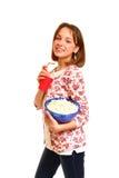 Muchacha sonriente bonita con palomitas y una taza aislada en el CCB blanco Foto de archivo