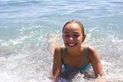 Muchacha sonriente bonita joven en traje de baño azul en el mar en el bea Imágenes de archivo libres de regalías