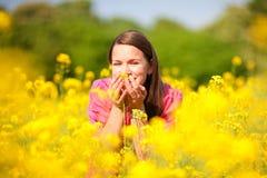 Muchacha sonriente bonita que se relaja en prado verde fotografía de archivo libre de regalías