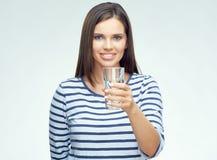 Muchacha sonriente con el agua potable de los apoyos dentales Imagen de archivo libre de regalías