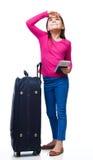 Muchacha sonriente con el bolso, el boleto y el pasaporte del viaje Fotografía de archivo libre de regalías