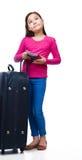 Muchacha sonriente con el bolso, el boleto y el pasaporte del viaje Imágenes de archivo libres de regalías