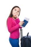 Muchacha sonriente con el bolso, el boleto y el pasaporte del viaje Imagenes de archivo