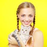 Muchacha sonriente con el gatito escocés Fotos de archivo libres de regalías