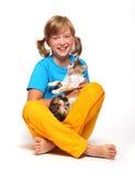 Muchacha sonriente con el gato. Fotos de archivo libres de regalías