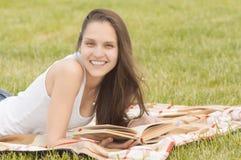 Muchacha sonriente con el libro al aire libre Fotografía de archivo