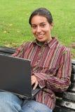 Muchacha sonriente con el ordenador Imagenes de archivo