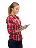 Muchacha sonriente con el ordenador de la PC de la tableta Fotos de archivo libres de regalías