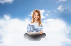 Muchacha sonriente con el ordenador de la PC de la tableta Foto de archivo