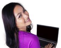 Muchacha sonriente con el ordenador portátil aislado en blanco Fotografía de archivo