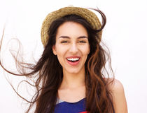 Muchacha sonriente con el pelo y el sombrero largos Imagenes de archivo
