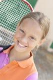 Muchacha sonriente con el raket del tenis Fotos de archivo libres de regalías