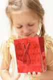 Muchacha sonriente con el rectángulo de regalo Imágenes de archivo libres de regalías