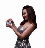 Muchacha sonriente con el rectángulo de regalo Imagen de archivo libre de regalías